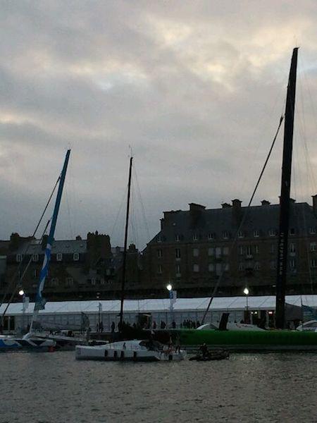 """El navegante oceánico Alex Pella salió el miércoles desde Santander a bordo del """"Tales II"""" y ha llegado esta tarde a Saint Malo para participar en la mítica Route du Rhum.  A su llegada, el regatista ha contado que la travesía ha ido bien,"""