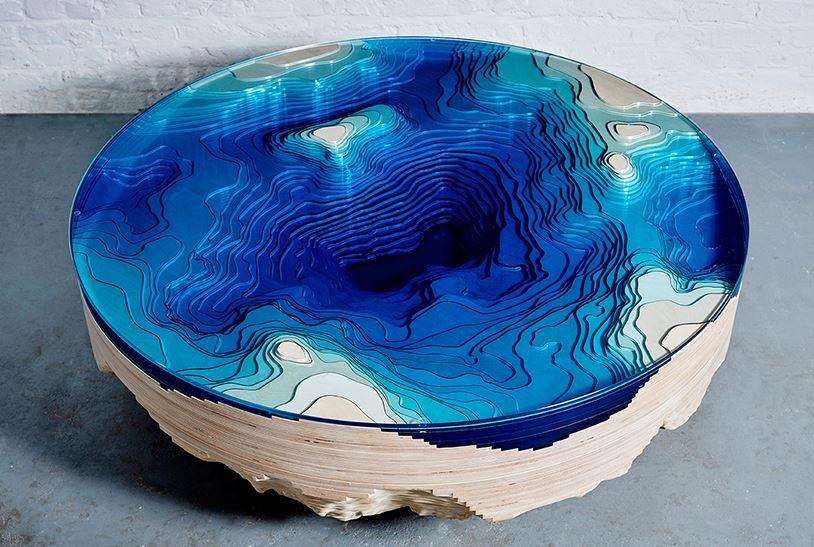 mesa redonda sobre oceano